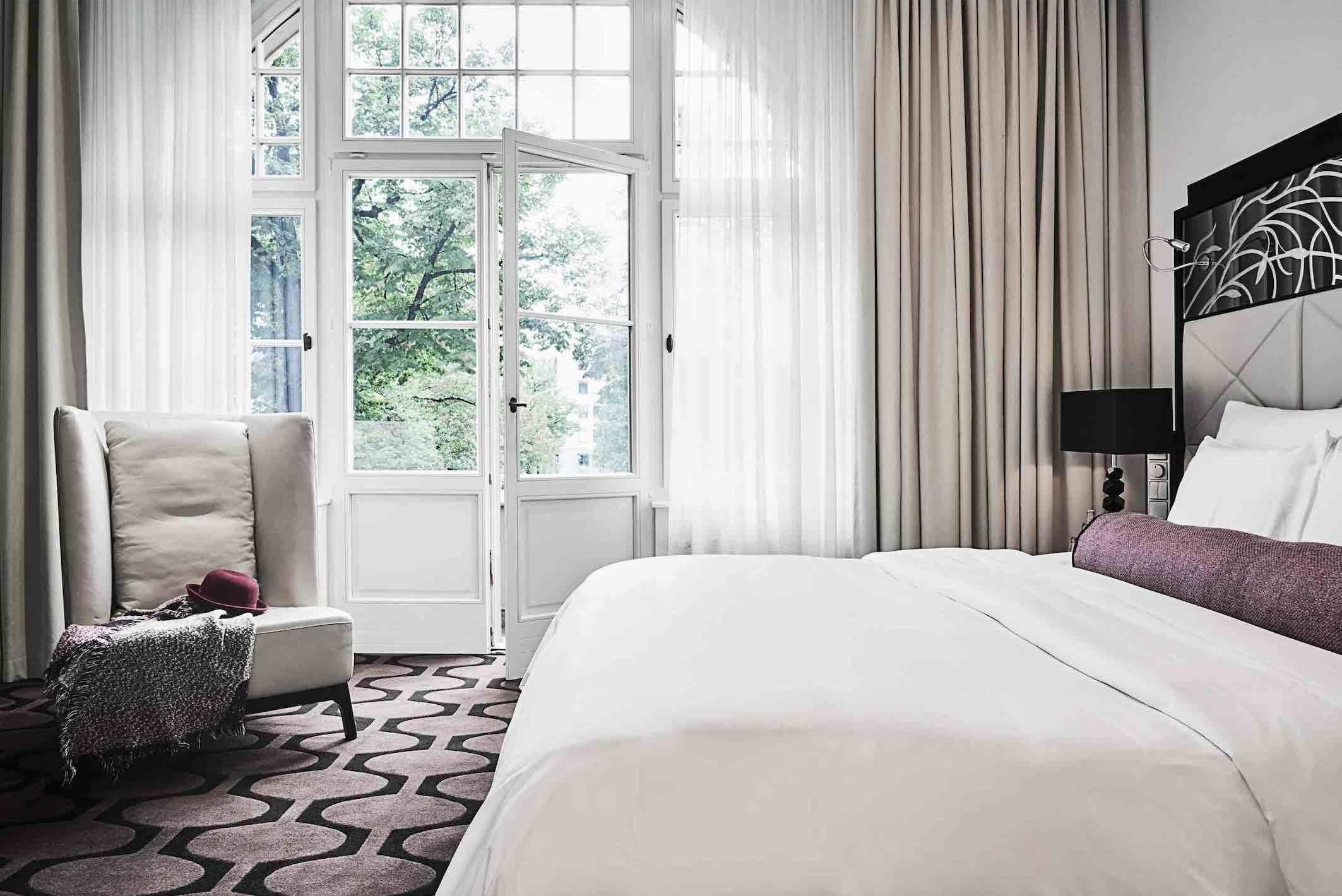 Hotel am Steinplatz boutique hotel in Berlin bedroom overlooking street and garden