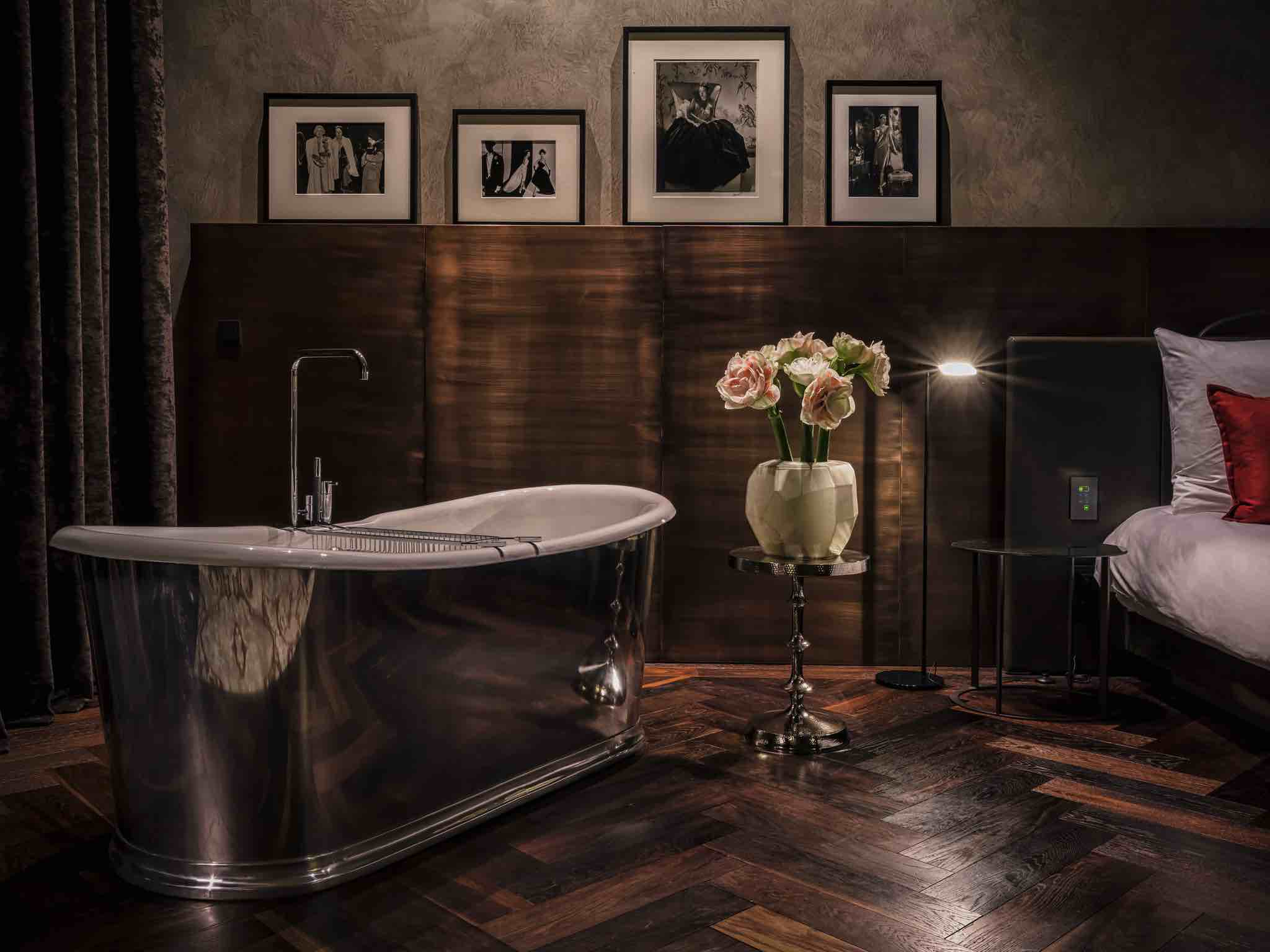 Das Stue luxury boutique hotel in Berlin bedroom with fancy bathtub