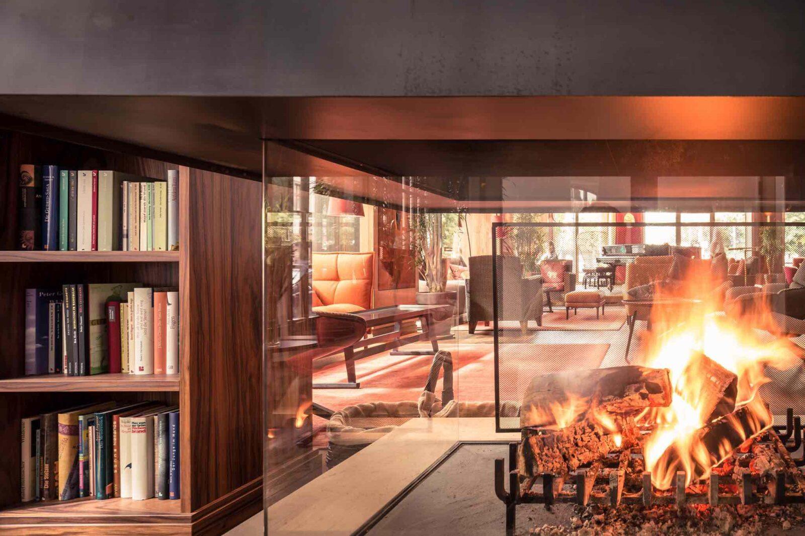 Hotel Orania Berlin - lounge area with fireplace of berlin hotel bars